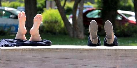 Füße auf der Bank