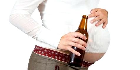 Eine Schwangere trinkt Bier