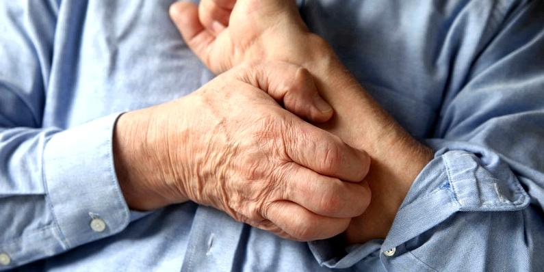 Mann juckt seinen Arm