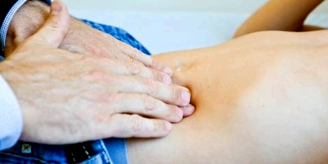 Ein Nabelbruch kann ernsthafte Folgen, wie z. B. eine Bauchfellentzündung oder sogar einen Darmverschluss, haben