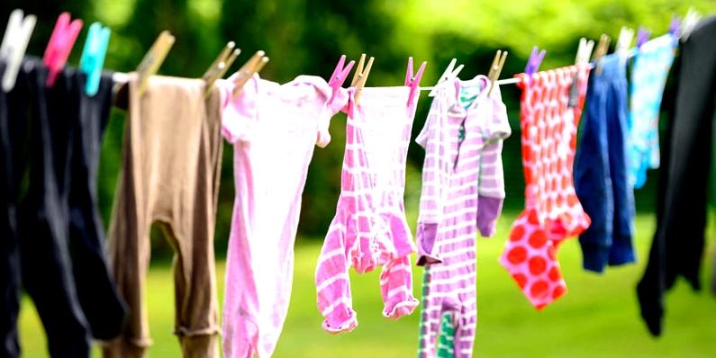 Neue Kleidung vor dem Tragen waschen