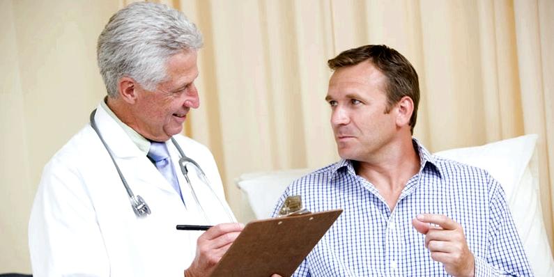 Mann und Arzt Beratungsgespräch