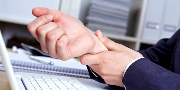 Die rheumatoide Arthritis tritt symmetrisch auf