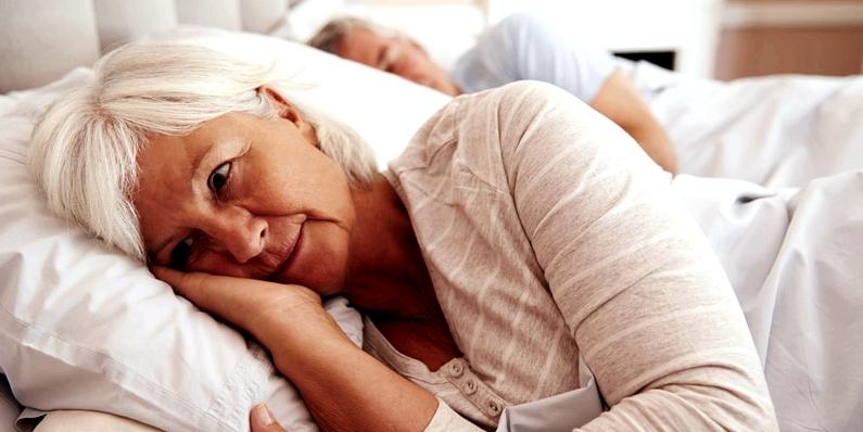 Ältere Frau leidet unter Schlaflosigkeit