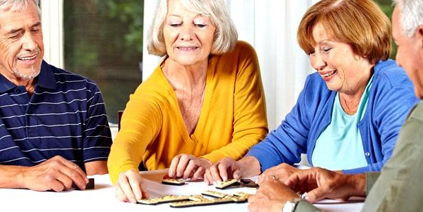 Senioren puzzeln gemeinsam