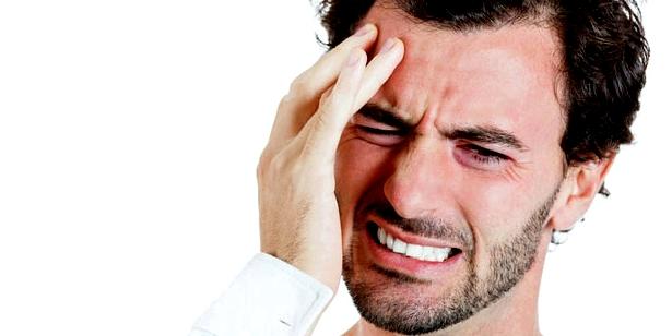 Junger Mann mit Clusterkopfschmerzen