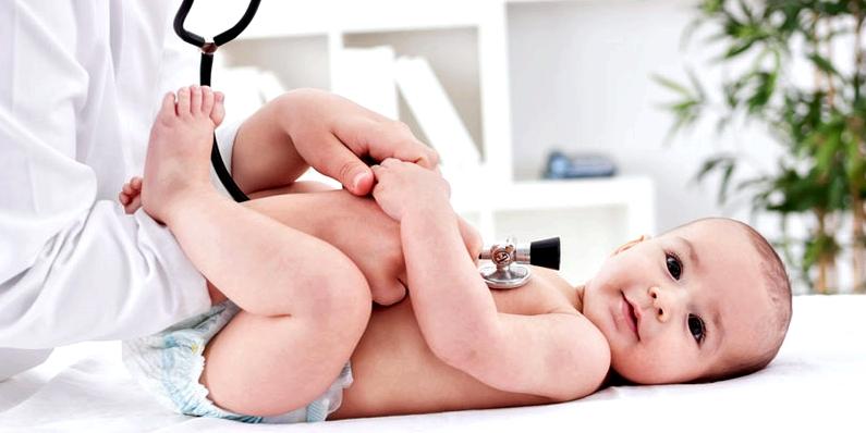 Kinderarzt untersucht Baby auf Blut in der Windel