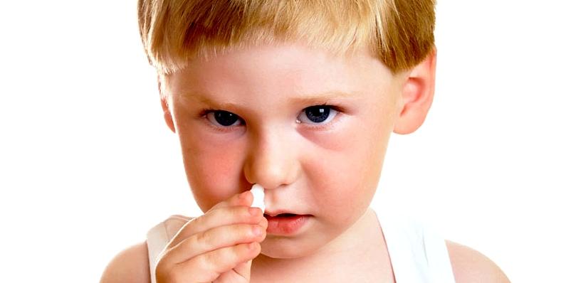 Nasenbluten bei Kindern stoppen: Watte in Nase stecken