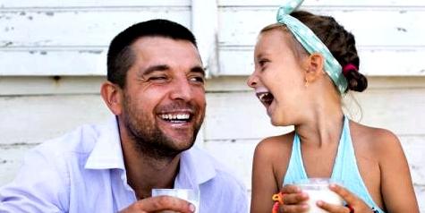 Vater und Tochter trinken Milch