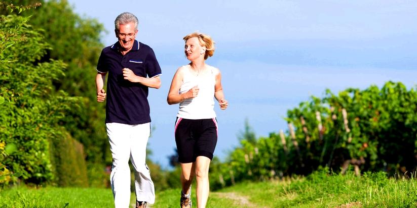 Ältere Menschen joggen