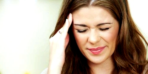 Frau mit Clusterkopfschmerzen