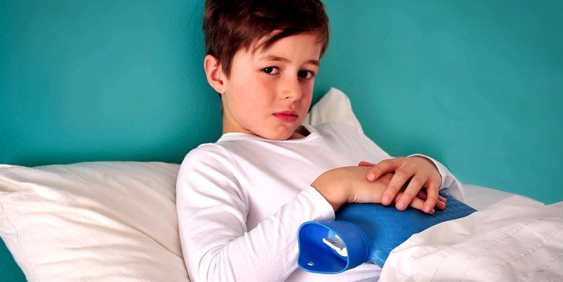 Junge mit Wärmflasche