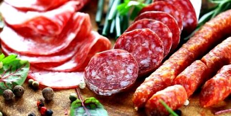 Wer zu Verstopfung neigt, sollte tierische Lebensmittel, wie Wurst oder Fleisch, besser meiden