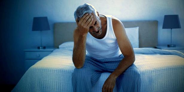 Mann mit Prostata-Problemen: Häufiger Harndrang stört Schlaf und Erholung