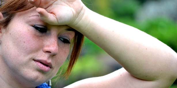 Ungewöhnlich starkes Schwitzen, sowie warme und feuchte Haut sind erste Symptome, die auf einen Morbus Basedow hindeuten können