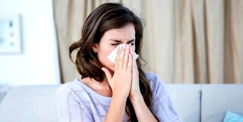 Frau mit grippeähnlichen Symptomen