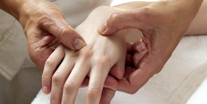 Zur Diagnose eines Karpaltunnelsyndroms beklopft der Arzt den Mittelnerv am Handgelenk