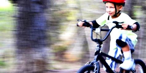 Kinder sollten immer einen Fahrradhelm tragen