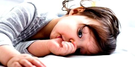 Kleines Mädchen lutscht am Daumen