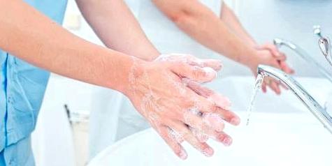 Krankenhauspersonal wäscht sich die Hände