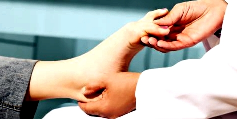 Ein Orthopäde kann feststellen, ob eine Fehlstellung des Fußes vorliegt