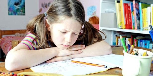 Maedchen Probleme bei den Hausaufgaben Legasthenie faellt oft schon im Grundschulalter auf