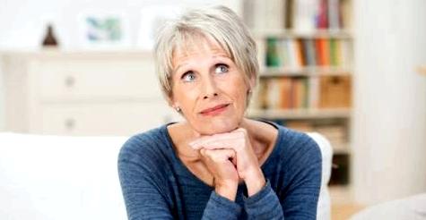 Eine ältere Frau stellt sich etwas vor