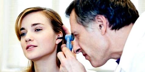 Mit Otoskop und Akustiktest untersucht der HNO-Arzt