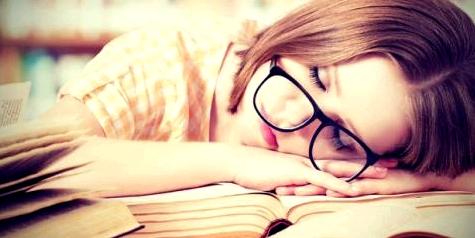 Erste Anzeichen für eine Übersäuerung können häufige Kopfschmerzen sein.
