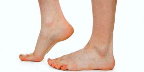 Übung wie zum Beispiel der Fersen- und Zehenstand