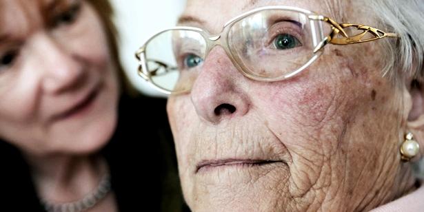 Eine alte Frau wirkt abwesend
