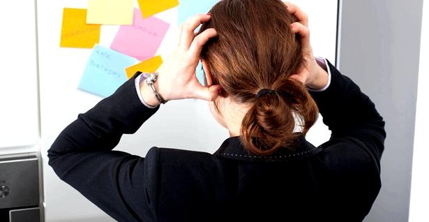 Eine Frau steht vor einer Pinnwand voller Merkzettel
