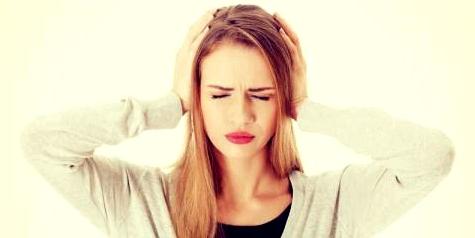 Starker Druck auf den Ohren ist eines der Symptome unter denen Hörsturzbetroffene zu leiden haben