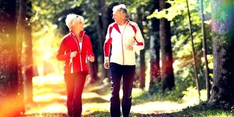 älteres Paar beim Spaziergang