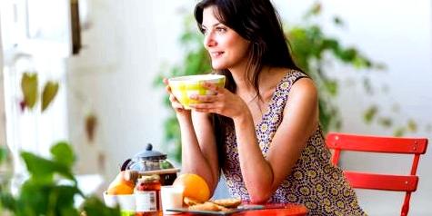 Frau isst Frühstück