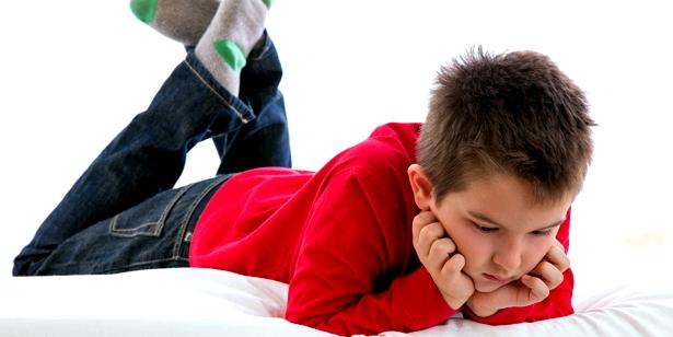 Schmerzen beim Gehen: Kind mit Hüftschnupfen Coxitis fugax mag nicht aufstehen