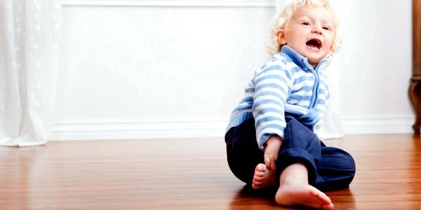 Kind mit Hüftschnupfen Coxitis fugax