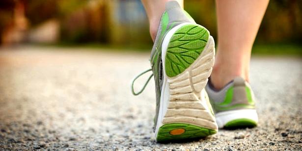 Fersensporn mit gedämpften Schuhen vorbeugen