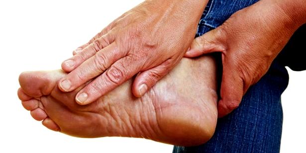 Stechender Schmerz an der Fußsohle ist ein häufiges Fersensporn-Symptom