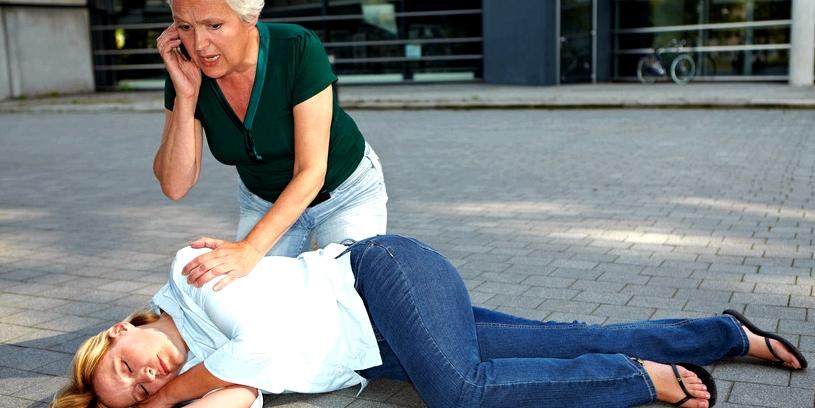 Bringen Sie den Betroffenen nach einem epileptischen Anfall in die stabile Seitenlage