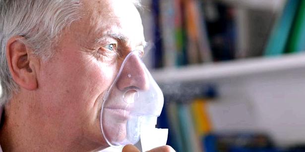 Mann mit Clusterkopfschmerzen und Sauerstoff