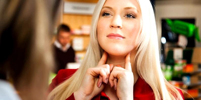 Untersuchung der Lymphknoten einer Frau