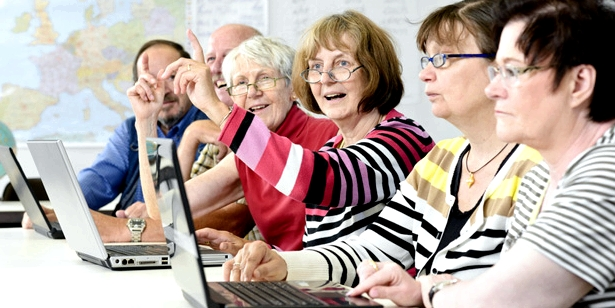 Senioren bei einem Computerkurs