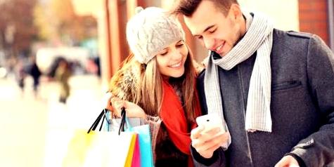 Ein Pärchen blickt gemeinsam auf ein Smartphone