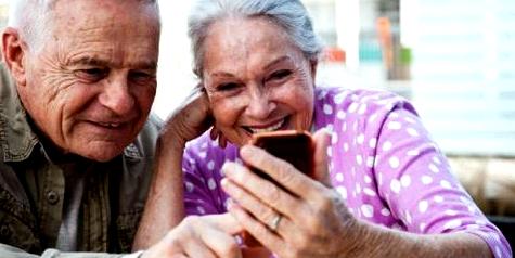 Alte Menschen mit Smartphone