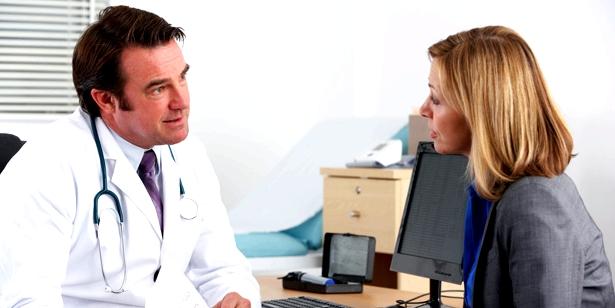 Arzt spricht mit Patientin