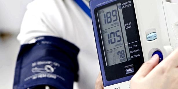 Für die Diagnose der inneren Unruhe wird der Blutdruck gemessen