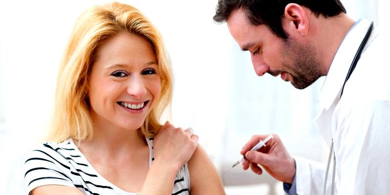 Frau bekommt vom Arzt eine Spritze