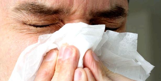 Niesreiz häufiges Symptom einer Hausstauballergie