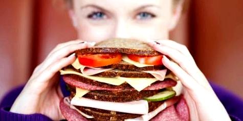 Frau mit Heißhunger auf Sandwich